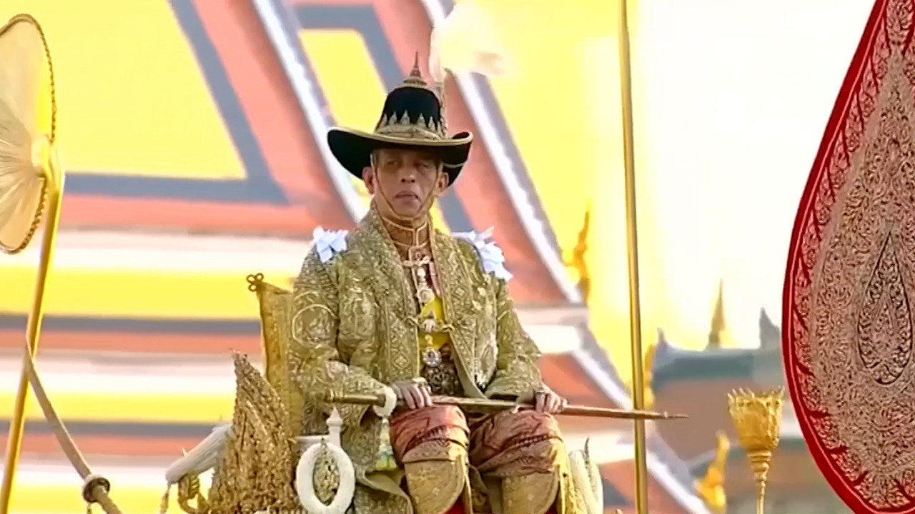 49-3 New Thai King Formally Ascends To The Throne